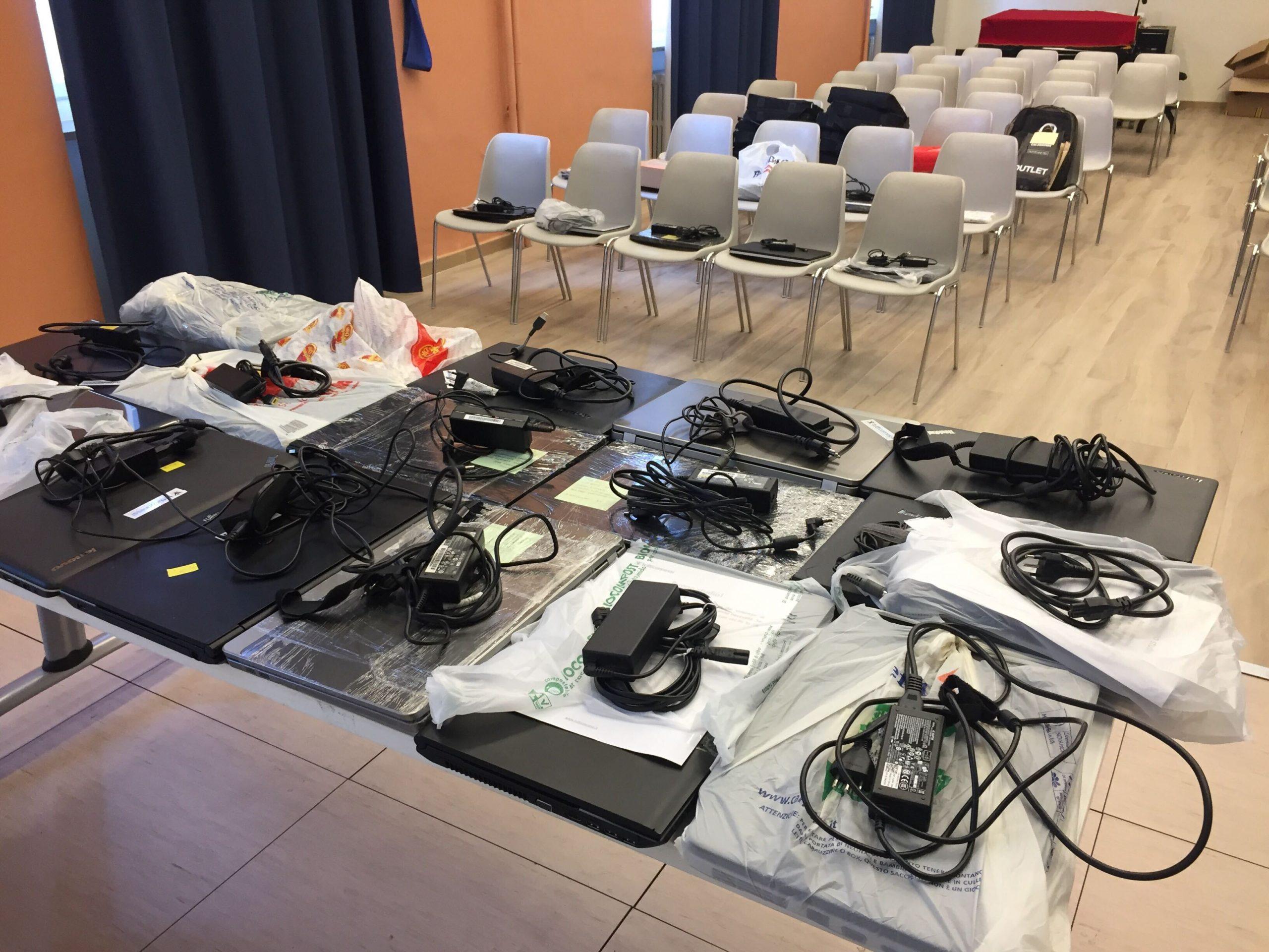 Continuano le consegne dei computer di Tutticonnessi per gli studenti